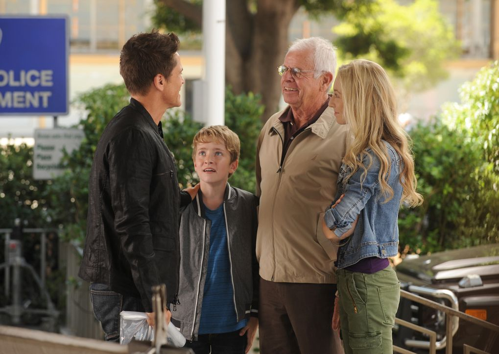 Eigentlich entschließt sich Dean (Rob Lowe, l.) dazu, seine Berühmtheit nicht mehr auszunutzen und damit auch Ethan (Connor Kalopsis, 2.v.l.), Dean... - Bildquelle: 2015-2016 Fox and its related entities.  All rights reserved.