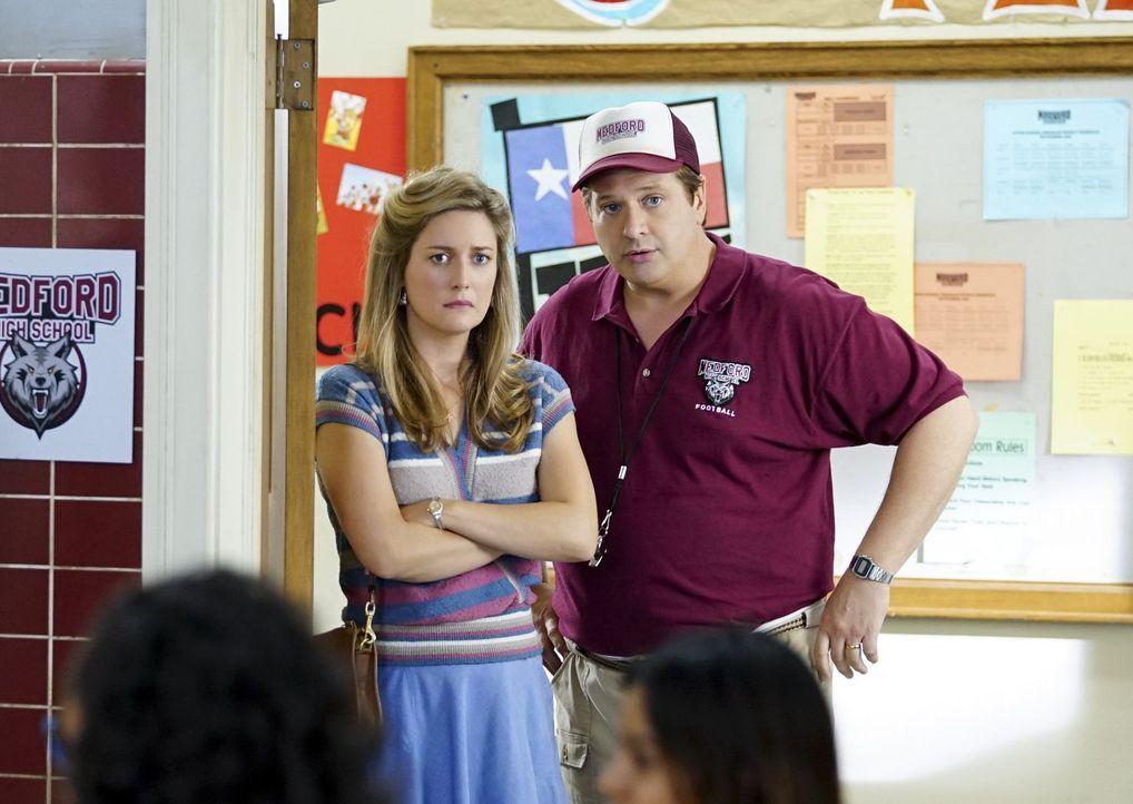 Mary (Zoe Perry, l.) macht sich Sorgen um Sheldon, als dieser in der Schule immer nur alleine ist. Unterdessen muss George (Lance Barber, r.) erkenn... - Bildquelle: Warner Bros.