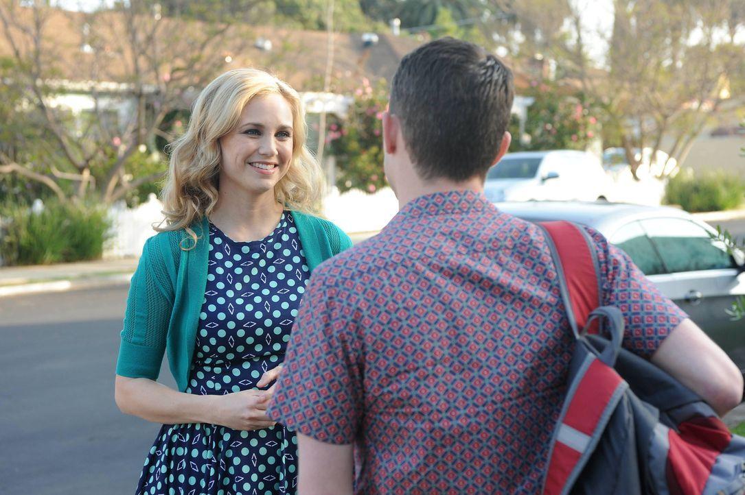 Eigentlich wollte sich Jenna (Fiona Gubelmann, l.) nur für den Kuss bei Ryan (Elijah Wood, r.) entschuldigen, doch Wilfred sieht das Gespräch der be... - Bildquelle: 2014 Fox and its related entities.  All rights reserved.