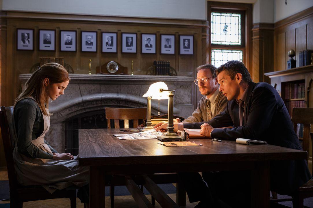 Detective Bruce Kenner (Ethan Hawke, r.) und Psychologe Kenneth Raines (David Thewlis, M.) beschäftigen sich mit einem ganz besonderen Fall, bei dem... - Bildquelle: Tobis Film