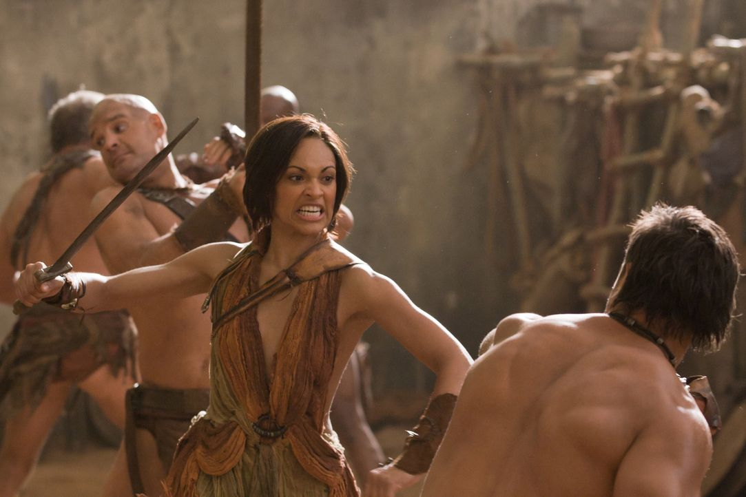 Proben für den Ernstfall: Crixus (Manu Bennett, r.) und Naevia (Cynthia-Addai Robinson, l.) ... - Bildquelle: 2011 Starz Entertainment, LLC. All rights reserved.