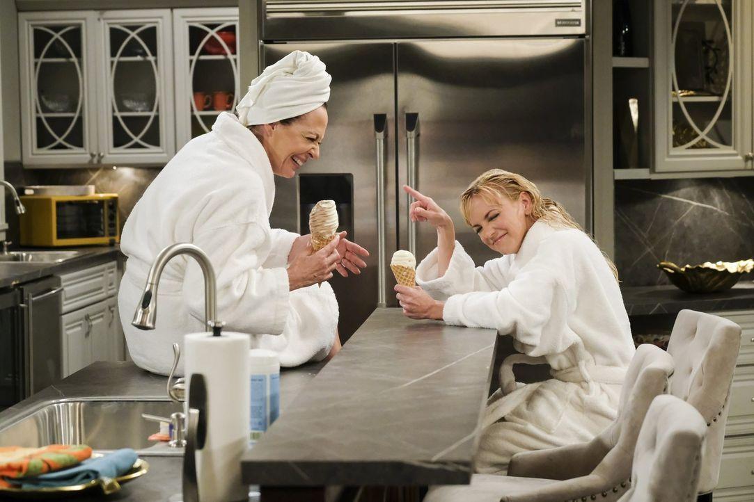 Bonnie (Allison Janney, l.) möchte ihrer Tochter Christy (Anna Faris, r.) helfen, sich endlich an mehreren Universitäten für das Jurastudium zu bewe... - Bildquelle: 2017 Warner Bros.