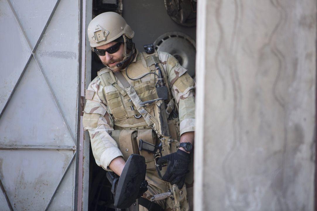 """Will partout """"keinen Mann zurücklassen"""": Doch auch eine """"Legende"""" wie Scharfschütze Chris Kyle (Bradley Cooper) kommt im Irak Krieg an ihre Grenzen... - Bildquelle: 2014 Warner Bros. Entertainment Inc."""