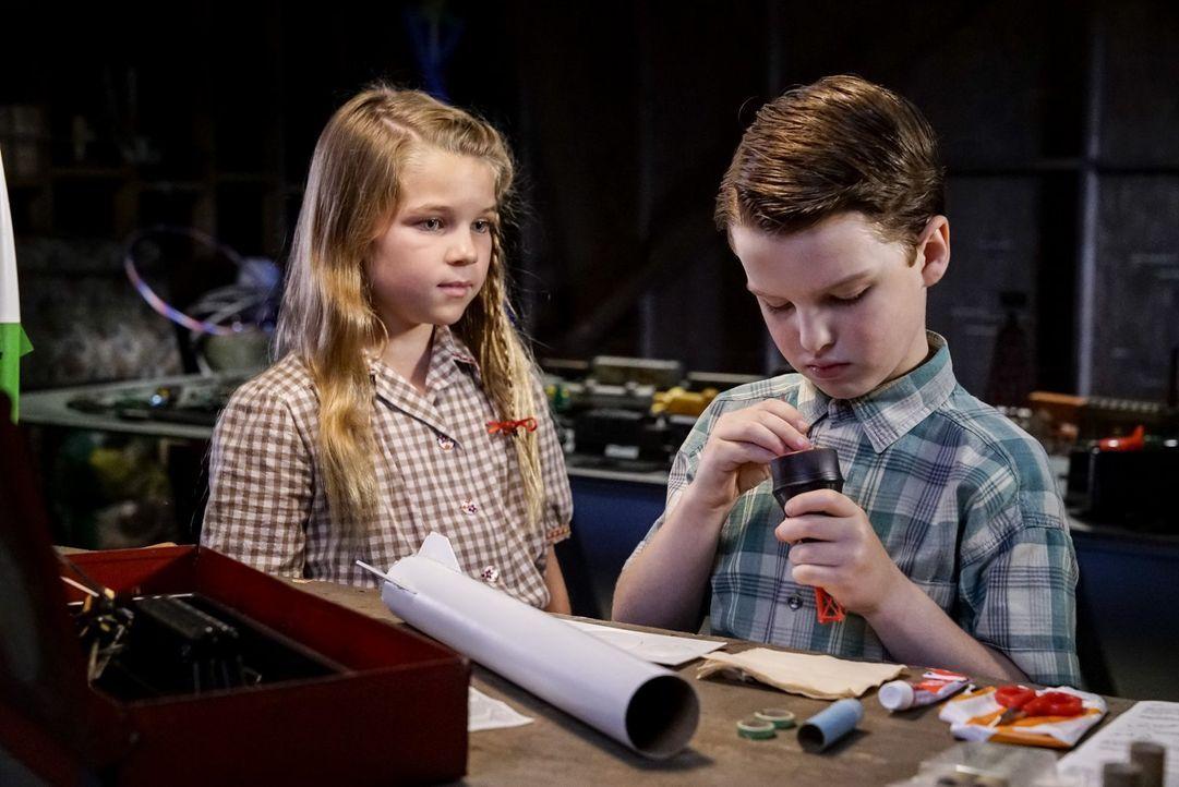 Als Missy (Raegan Revord, l.) ihrem Bruder erzählt, dass ihre Mutter nervlich am Boden ist, weil Sheldon (Iain Armitage, r.) keine Freunde hat, ents... - Bildquelle: Warner Bros.