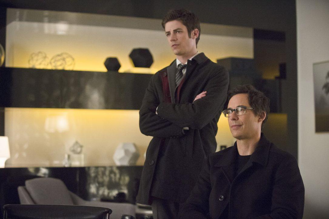 Barrys (Grant Gustin, l.) Unbehagen Dr. Wells (Tom Cavanagh, r.) gegenüber wächst ins Unermessliche. Wird es seine Arbeit als Flash beeinflussen? - Bildquelle: Warner Brothers.