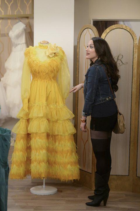 Max (Kat Dennings) mag ihren Augen nicht trauen, als sie sieht, welches Kleid sie als Brutjungfer anziehen soll ... - Bildquelle: Warner Bros. Television