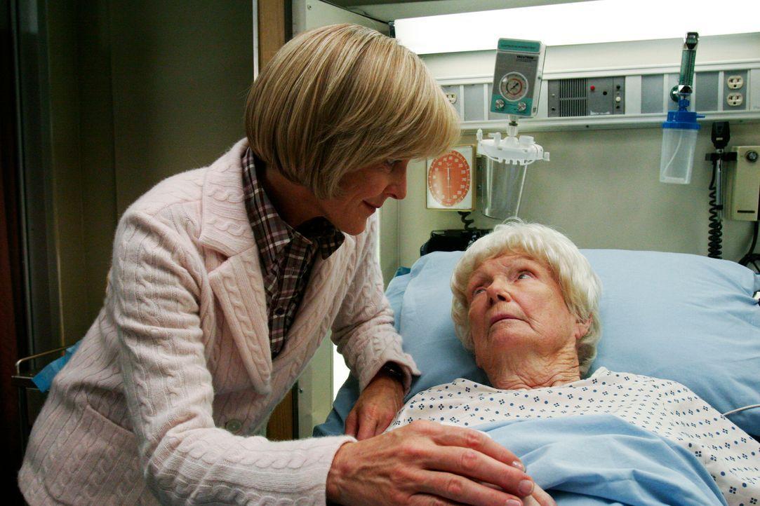 Alice (Pamela Roylance, l.) macht sich Sorgen um ihre Mama Grace Bickham (Dona Hardy, r.) ... - Bildquelle: Touchstone Television