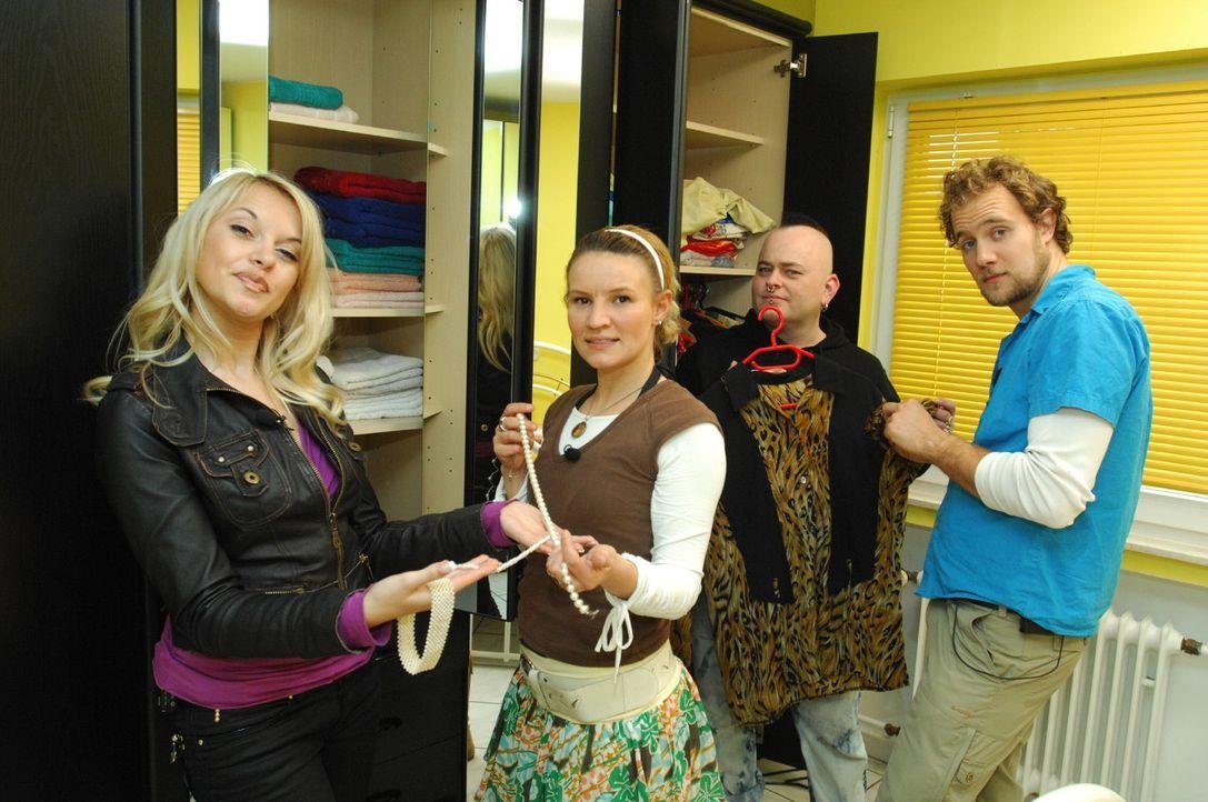 Können Pascal (r.), Mark (2.v.r.) und Jenny (2.v.l.) der modebewussten Vanessa bei der Auswahl ihres Outfits für ein Speed-Dating helfen...? - Bildquelle: Stefan Menne Sat.1