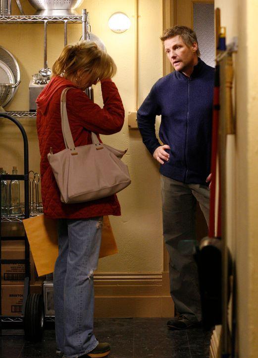 Lynette (Felicity Huffman, l.) und Tom (Doug Savant, r.) streiten sich wegen der Einstellung von Austin, doch schließlich muss Lynette Tom als Boss... - Bildquelle: 2005 Touchstone Television  All Rights Reserved