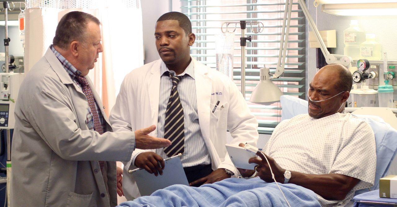 Pratt (Mekhi Phifer, M.) kann es nicht fassen: Frank (Troy Evans, l.) stört seine Behandlung an einem alten Footballspieler (Sam Scarber, r.) ... - Bildquelle: Warner Bros. Television