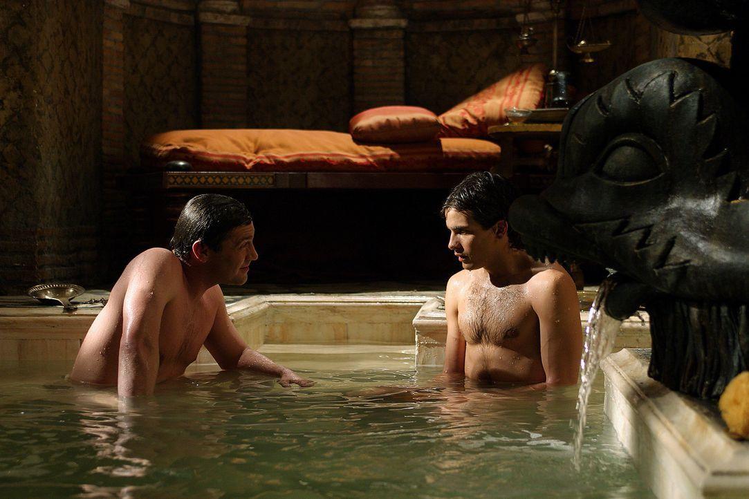 Während Marcus Antonius (Vincent Regan, l.) und Octavius (Santiago Cabrera, r.) baden, wird die Orgie jäh unterbrochen: Giftige Schlangen tummeln... - Bildquelle: Hallmark Entertainment