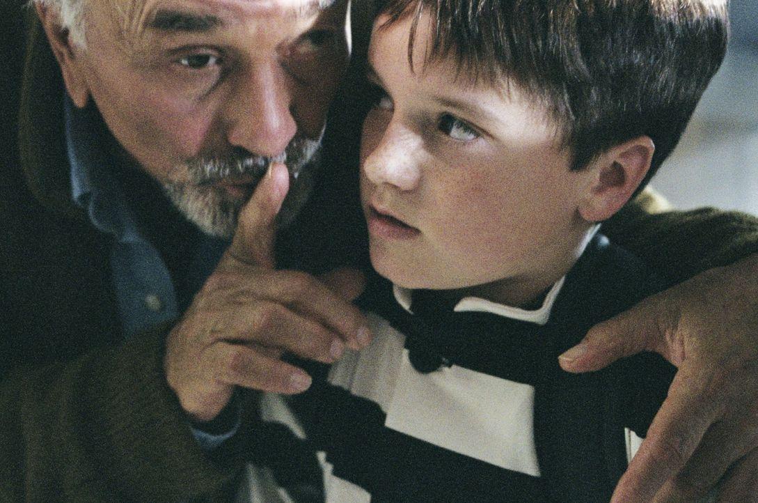 Für James Morse (Peter Falk, l.) gibt es nicht Schöneres, als seinem Enkel (Josh Hutcherson, r.) Geschichten zu erzählen. Als dieser an dem Wahrh... - Bildquelle: CBS International Television