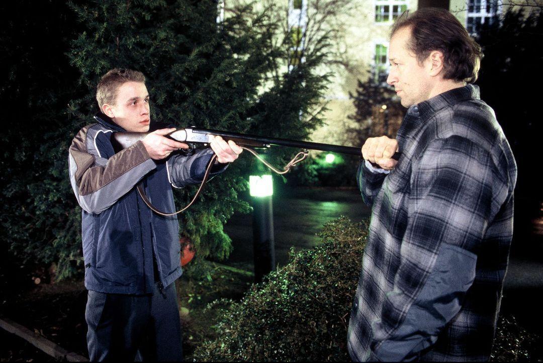 Martin (Marius Frey, l.) wird von Victor (Jochen Horst, r.) davon abgehalten, auf seinen Vater zu scheißen. - Bildquelle: Spitz Sat.1