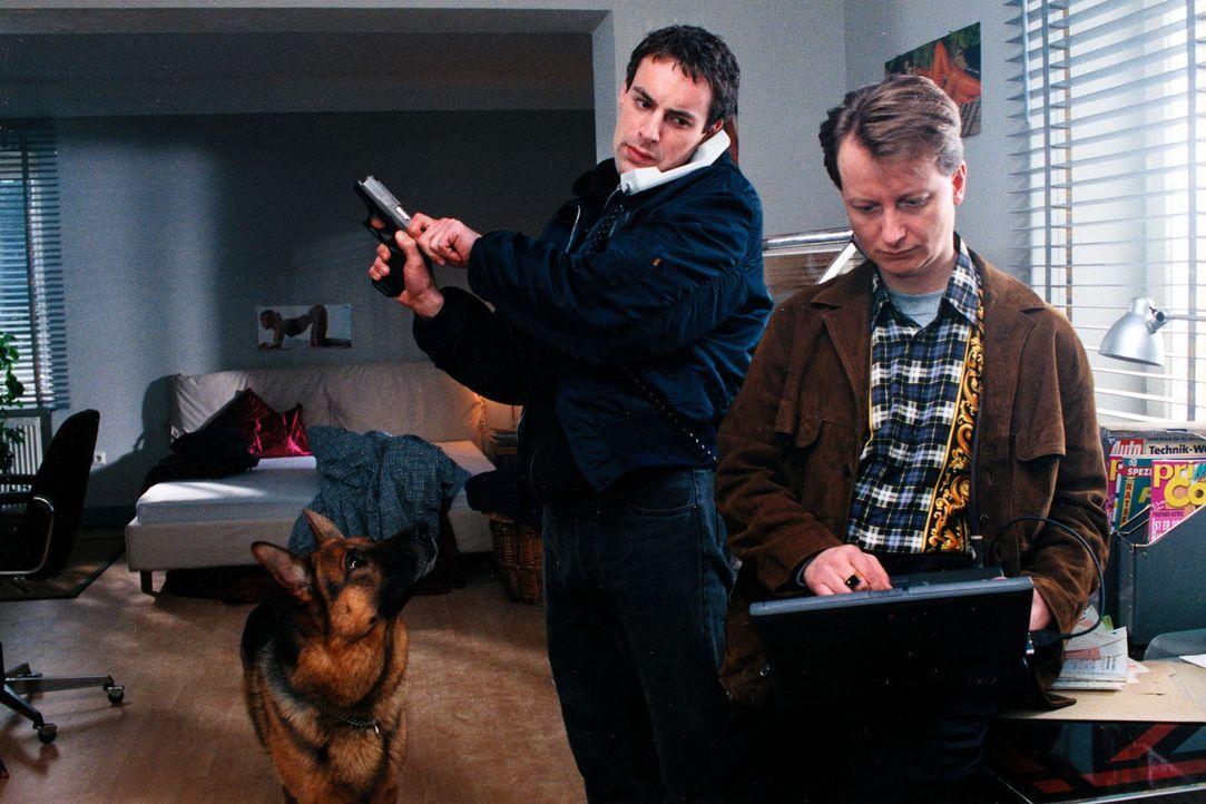 Kommissar Brandtner (Gedeon Burkhard, l.), Christian Böck (Heinz Weixelbraun, r.) und Rex durchsuchen das Haus des Bombenlegers Zach. - Bildquelle: Ali Schafler Sat.1