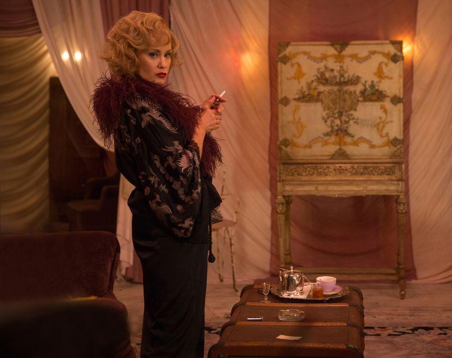 Elsas (Jessica Lange) Auftritt vor vollem Haus verläuft anders als erwartet ... - Bildquelle: 2014-2015 Fox and its related entities. All rights reserved.