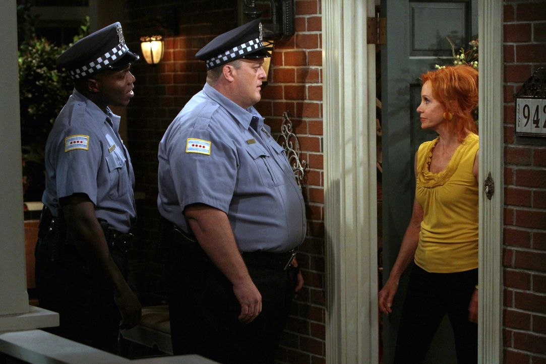 Mike Biggs (Billy Gardell, M.) und sein Kollege Carl McMillan (Reno Wilson, l.) werden zu einem Einbruch gerufen. Joyce Flynn (Swoosie Kurtz, r.) is... - Bildquelle: 2010 CBS Broadcasting Inc. All Rights Reserved.