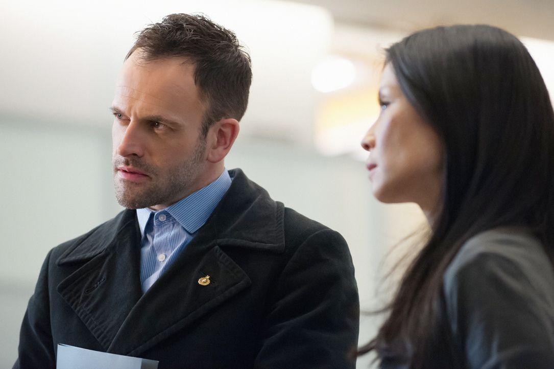 Als Holmes (Jonny Lee Miller, l.) und Watson (Lucy Liu, r.) erfahren, dass der getötete Mediziner Barry Granger eine geniale Erfindung zur Krebserke... - Bildquelle: Jeff Neumann CBS Television