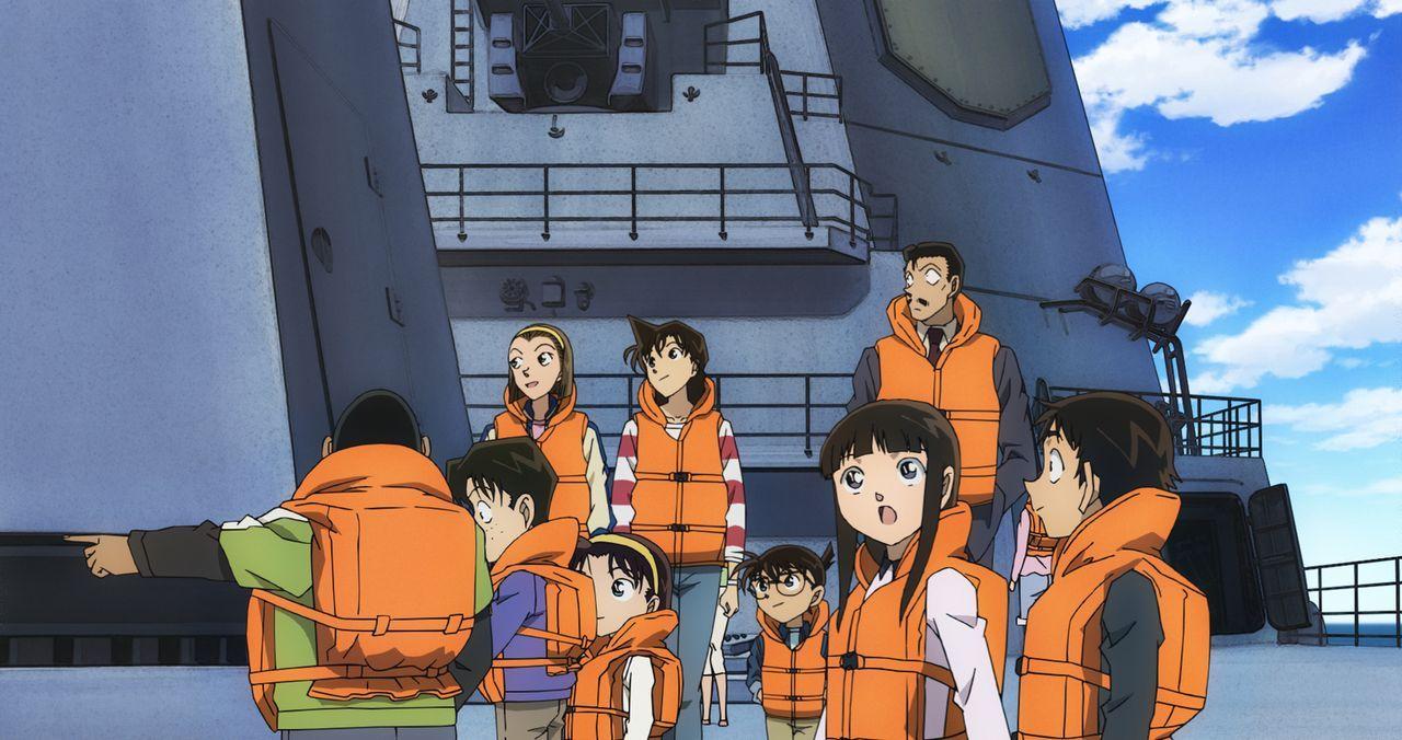 Als Conan (M.) und seine Freunde an Bord eines Kriegsschiffes gehen, um einen Tag lang öffentliche Manöver mitzuverfolgen, ahnen sie noch nicht, das... - Bildquelle: GOSHO AOYAMA / DETECTIVE CONAN COMMITTEE