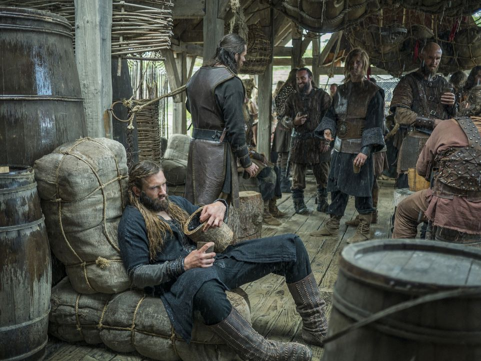 Nachdem Rollo (Clive Standen, vorne) erfahren hat, dass Siggy tot ist, widmet er sich dem Alkohol ... - Bildquelle: 2015 TM PRODUCTIONS LIMITED / T5 VIKINGS III PRODUCTIONS INC. ALL RIGHTS RESERVED.