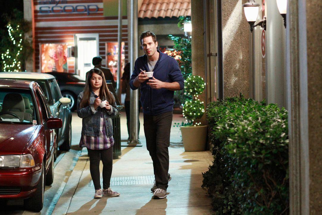 Scotty (Luke MacFarlane, r.) genießt jede Minute mit Olivia (Isabella Rae Thomas, l.), doch plötzlich hat Olivia eine böse Vorahnung ... - Bildquelle: 2011 American Broadcasting Companies, Inc. All rights reserved.