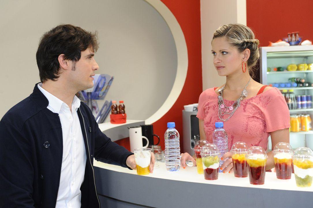 Nach ihrer Entscheidung für Lars kann Mia (Josephine Schmidt, r.) Alexander (Paul Grasshoff, l.) souverän gegenübertreten ... - Bildquelle: SAT.1
