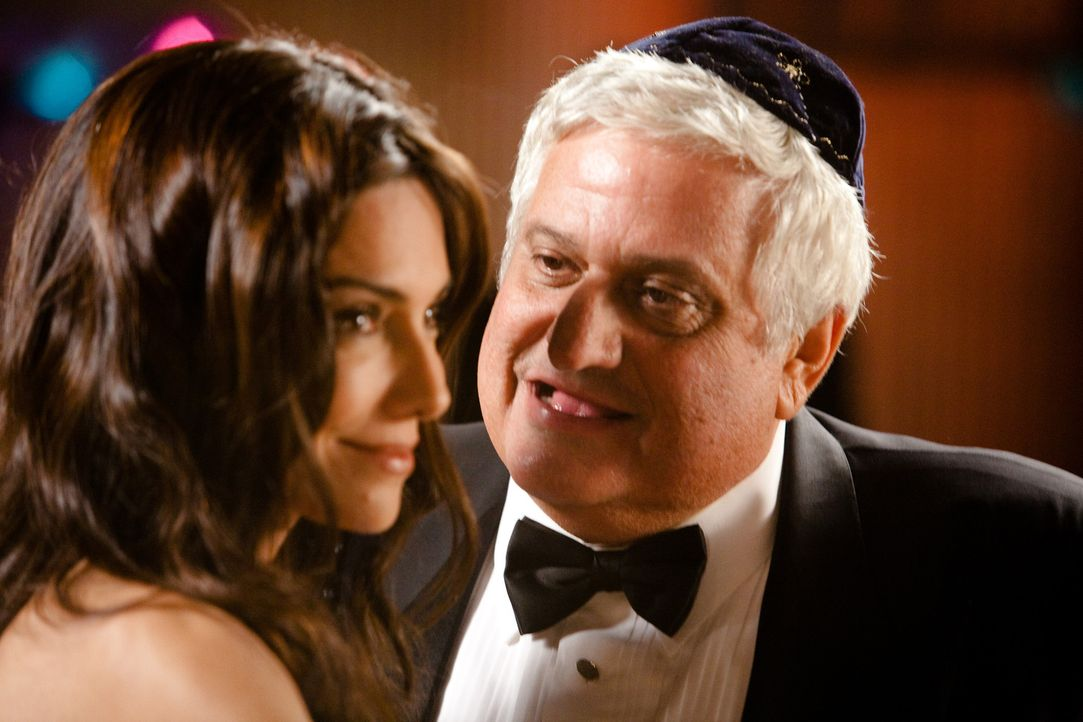 """Der jüdische Pate """"The Mensch"""" (Michael Lerner) ahnt nicht, dass die scharfe Madison (Vanessa Marcil) eine begnadete Diebin ist ... - Bildquelle: 2009, 2010 Colton Productions, Inc. All Rights Reserved. Asset"""