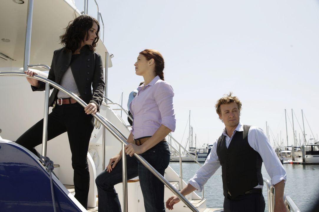 Müssen einen neuen Mordfall aufklären: Patrick (Simon Baker, l.), Grace (Amanda Righetti, M.) und Teresa (Robin Tunney, l.) ... - Bildquelle: Warner Bros. Television