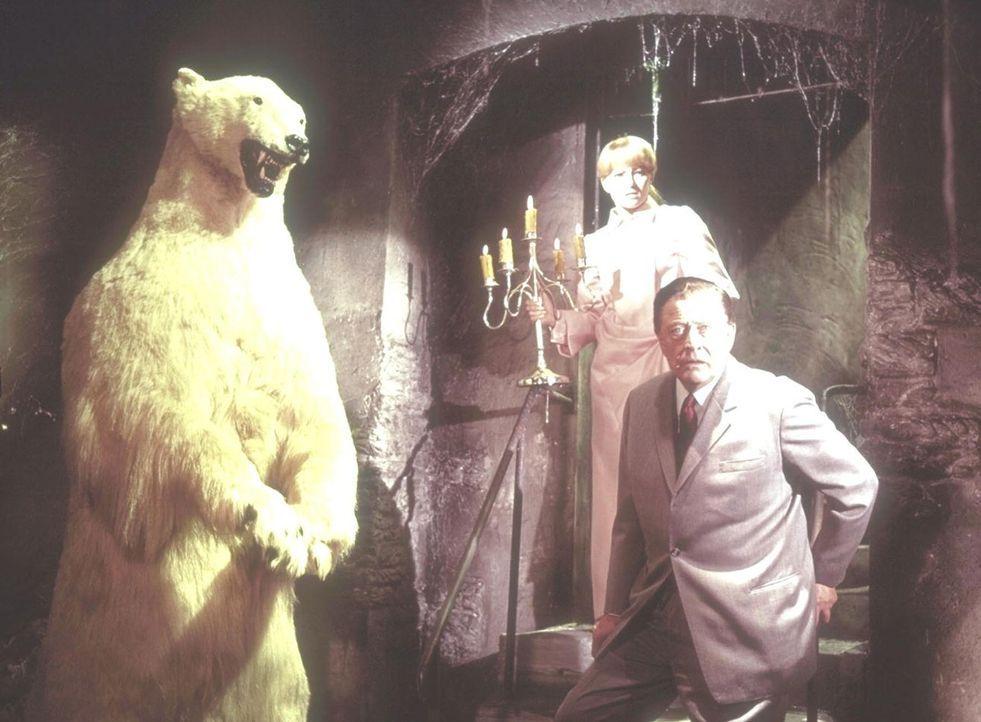 Jane Wilson (Karin Baal, l.), die Erbin von Blackwood Castle und Robert Jackson (Hans Söhnker, r.) machen einen grausigen Fund... - Bildquelle: Constantin Film