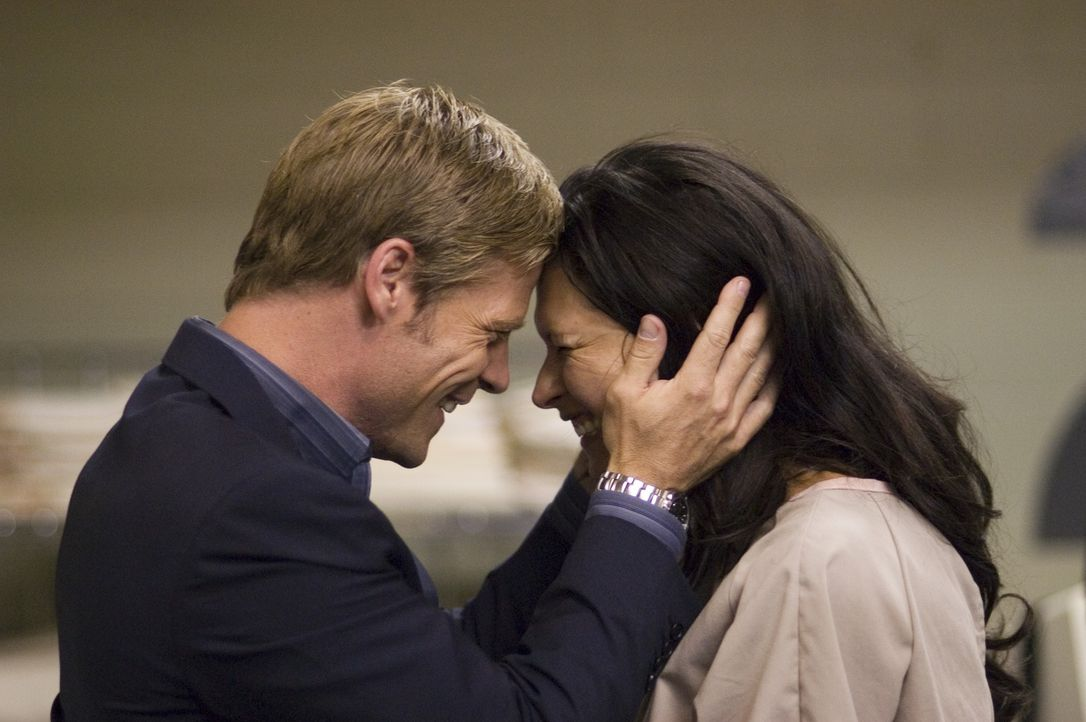 Verbringen einen glücklichen Moment miteinander: Tom (Joel Gretsch, l.) und Alana (Karina Lombard, r.) ... - Bildquelle: Viacom Productions Inc.