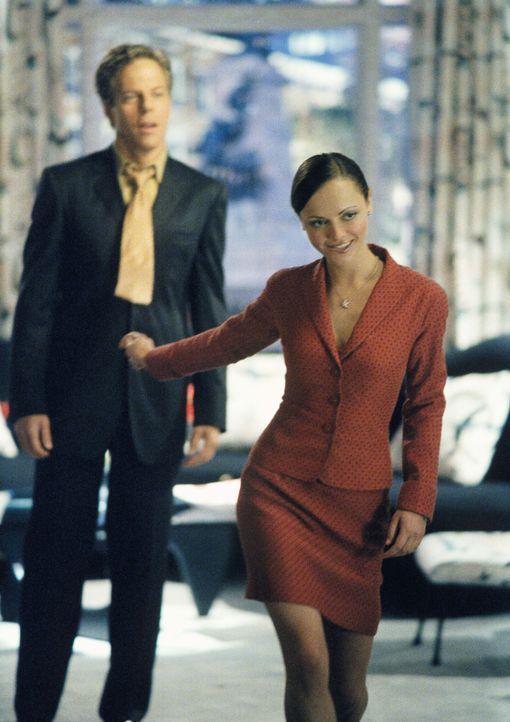 Die heißblütige Liza (Christina Ricci, r.) hat Richard (Greg Germann, l.) vollkommen den Kopf verdreht und genießt es, so mit ihm spielen zu können... - Bildquelle: 2002 Twentieth Century Fox Film Corporation. All rights reserved.