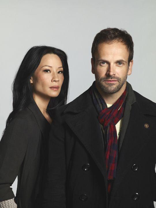 (2. Staffel) - Mit hervorragender Auffassungsgabe versucht Sherlock Holmes (Jonny Lee Miller, r.) neue Kriminalfälle zu lösen. Unterstützt wird er v... - Bildquelle: CBS Television