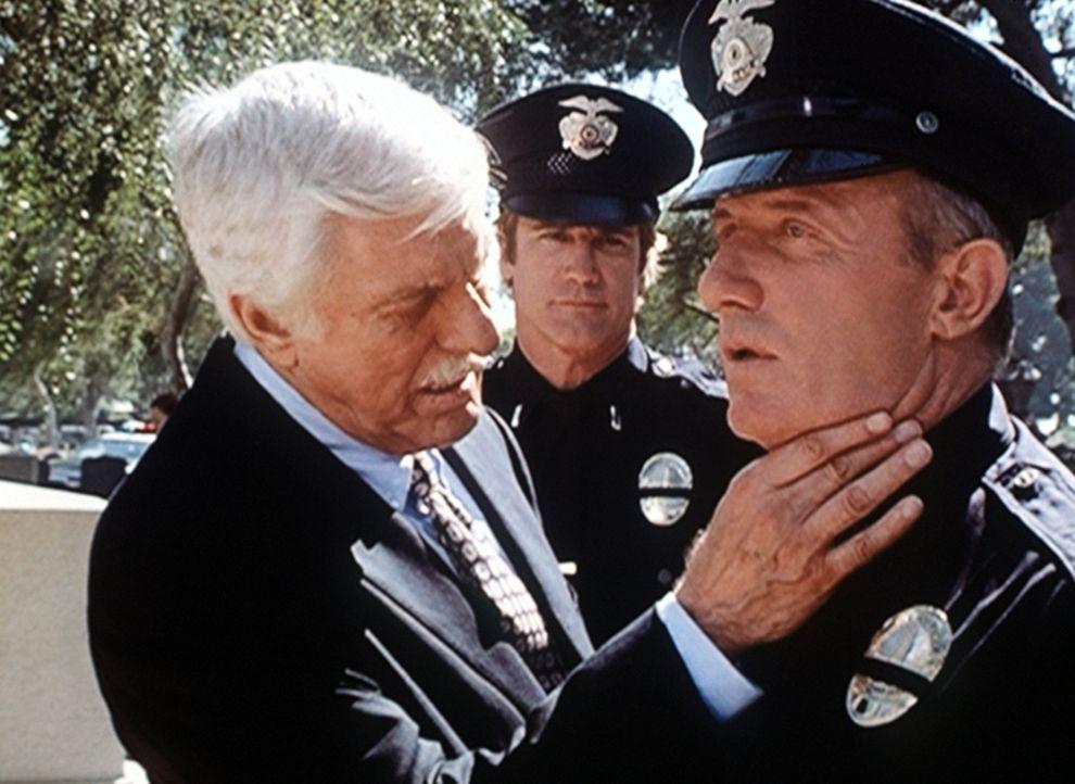 Dr. Mark Sloan (Dick Van Dyke, l.) untersucht Lieutenant Max Jupe (Jonathan Banks, r.), der sich krank fühlt. Diagnose: Windpocken. - Bildquelle: Viacom