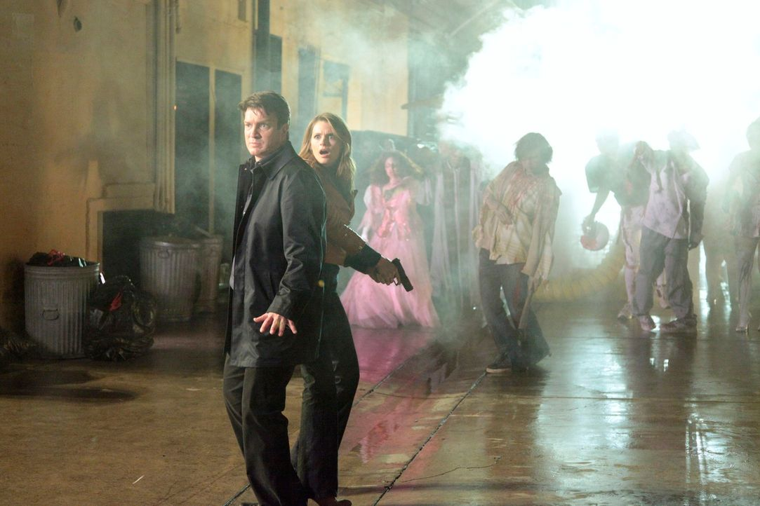 Richard Castle (Nathan Fillion, l.) und Kate Beckett (Stana Katic, 2.v.l.) werden von einer ganzen Horde Zombies umzingelt ... - Bildquelle: 2012 American Broadcasting Companies, Inc. All rights reserved.