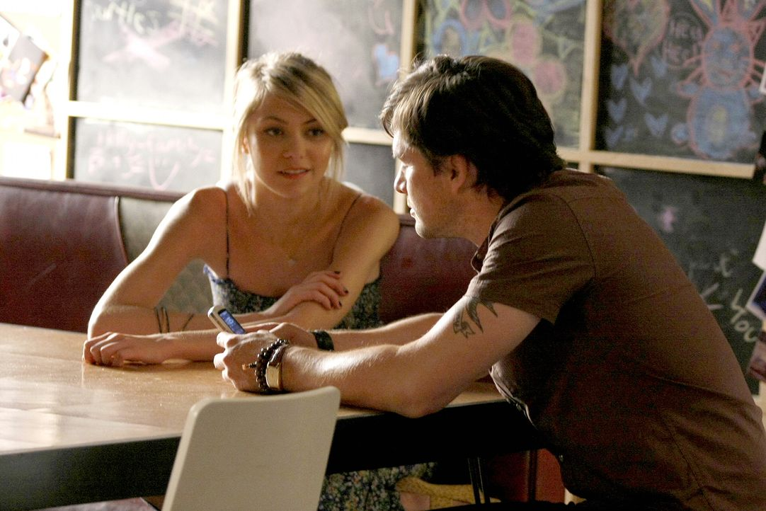 Rufus (Matthew Settle, r.) lernt in der Galerie eine nette Frau kennen. Allerdings weiß er nicht, wie er dies seiner Tochter Jenny (Taylor Momsen, l... - Bildquelle: Warner Brothers