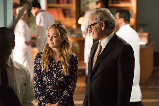 Legends of Tomorrow - Sara (Caity Lotz, l.) und Dr. Stein (Victor Garber, r.)...