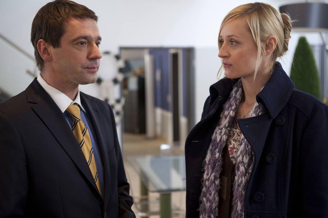 Karin (Babara Sotelsek, r.) kann ihre Eifersucht nicht gut vor Stephan (Ulrich Drewes, l.) verbergen ... - Bildquelle: SAT.1