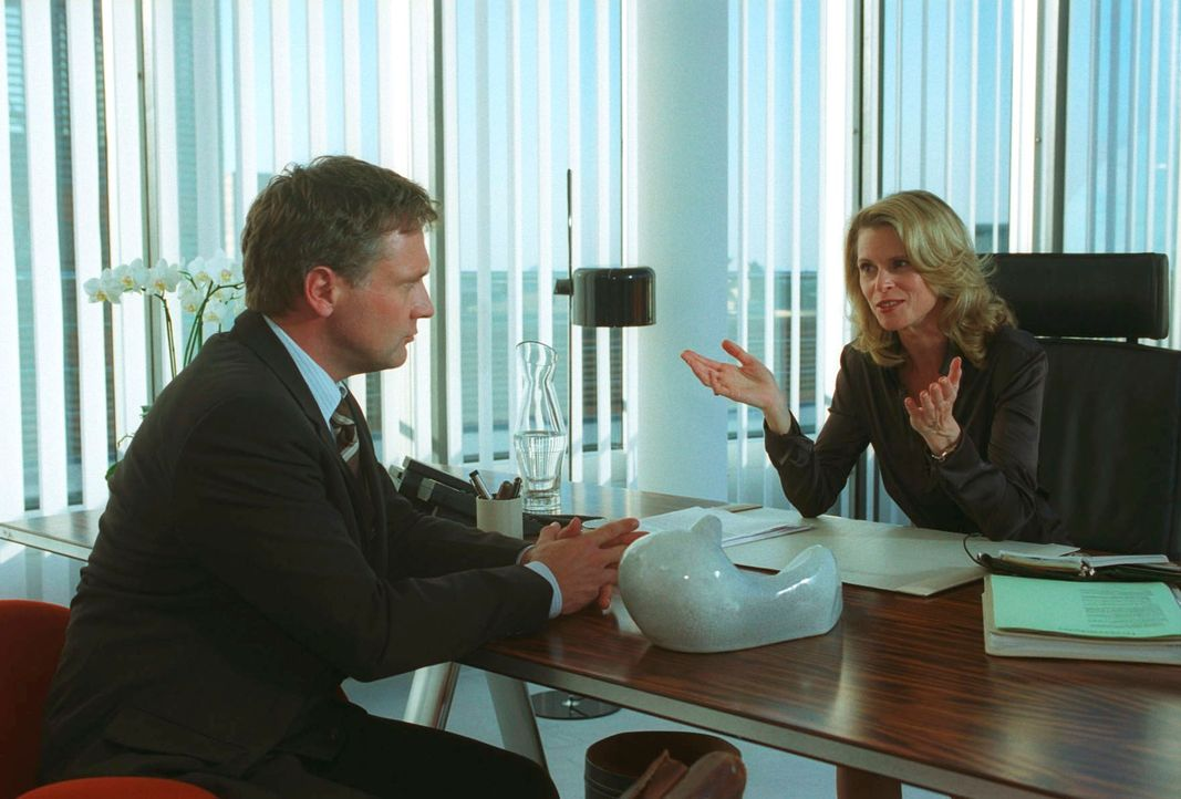 Dr. Tomschek (Leslie Malton, r.) bietet Roman (Bernhard Schir, l.) eine lukrative Stelle in dem Versicherungskonzern an. - Bildquelle: Claudius Pflug Sat.1