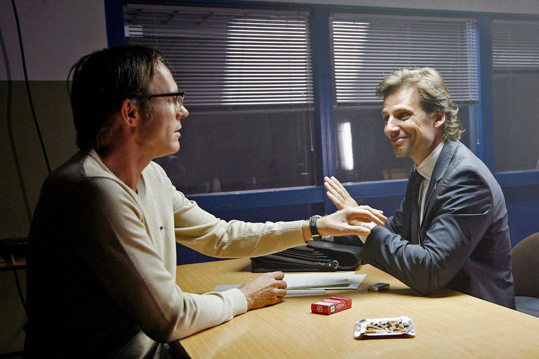 In der U-Haft schlägt Alex (René Steinke, r.) Reinershofer (Dirk Martens, l.) vor, den Verrückten zu spielen, um auf Schuldunfähigkeit zu plädieren.... - Bildquelle: Mosch Sat.1
