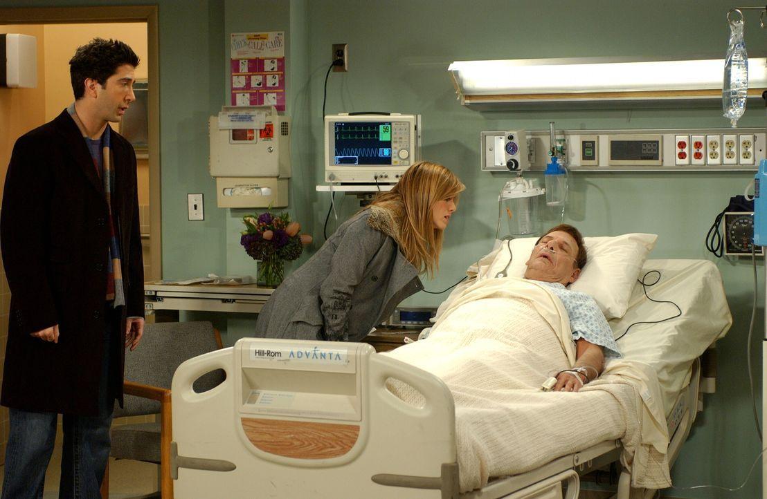 Nachdem Ross (David Schwimmer, l.) und Rachel (Jennifer Aniston, M.) erfahren haben, dass ihr Vater (Ron Liebman, r.) eine Herzinfarkt erlitten hat,... - Bildquelle: 2003 Warner Brothers International Television