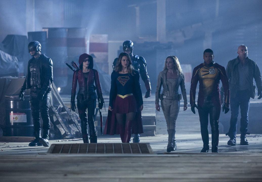 Eigentlich wollen (v.l.n.r.) John alias Spartan (David Ramsey), Thea alias Speedy (Willa Holland), Kara alias Supergirl (Melissa Benoist), Ray alias... - Bildquelle: 2016 Warner Bros.