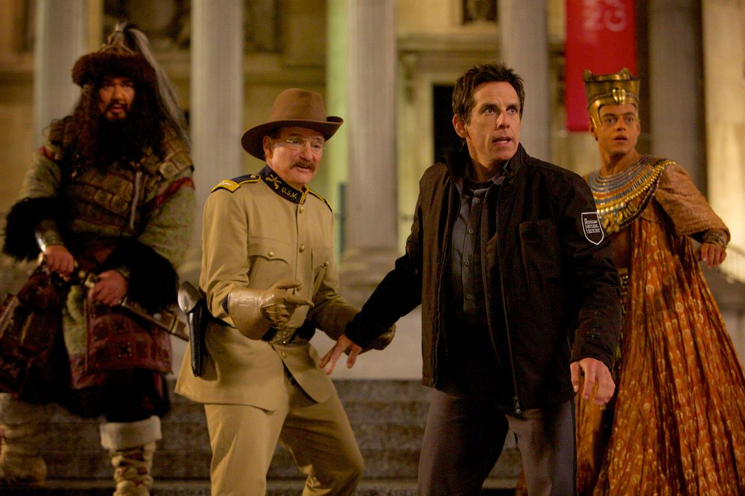 Attila (Patrick Gallagher, l.), Teddy (Robin Williams, 2.v.l.) und Ahkmenrah (Malek, Rami, r.) drohen wieder zu erstarren. Doch davor wollen sie gem... - Bildquelle: 2014 Twentieth Century Fox Film Corporation.  All rights reserved.
