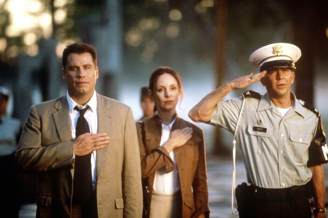 Paul Brenner (John Travolta, l.) und seine Kollegin Sara Sunhill (Madeleine Stowe, M.) haben den Auftrag, einen Mordfall aufzuklären. Die abgeriegel... - Bildquelle: Paramount Pictures