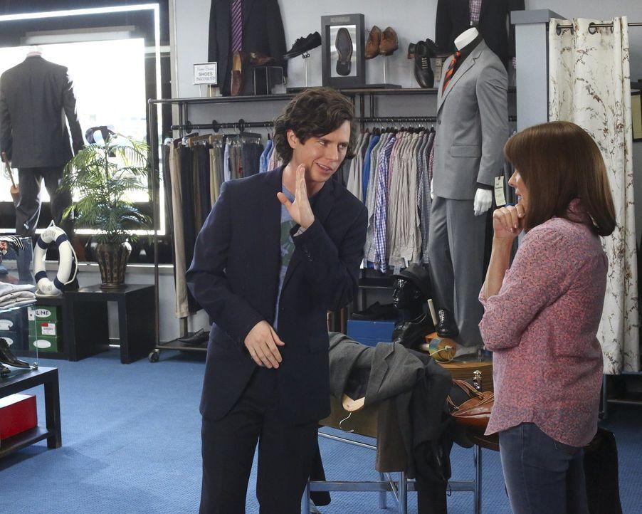 Während Axl (Charlie McDermott, l.) und Frankie (Patricia Heaton, r.) in einem teuren Laden nach einem passenden Anzug suchen, droht Mike damit, den... - Bildquelle: Warner Bros.