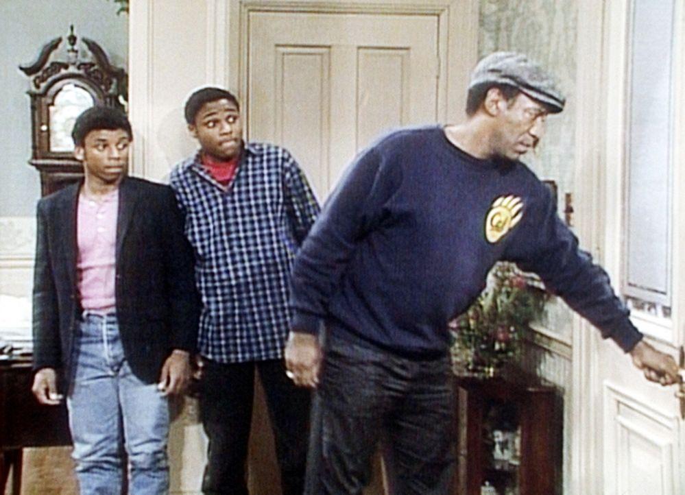 Cockroach (Carl Payne, l.) und Theo (Malcolm-Jamal Warner, M.) können das Haus wegen jugendlicher Schneeballwerfer nicht verlassen, doch Cliff (Bil... - Bildquelle: Viacom