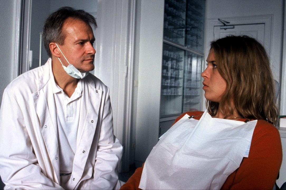 Kathrins (Anneke Kim Sarnau, r.) Zahnarzt (Dieter Matthes, l.) weigert sich, seine HIV-positive Patientin zu behandeln ... - Bildquelle: Volker Roloff Sat.1