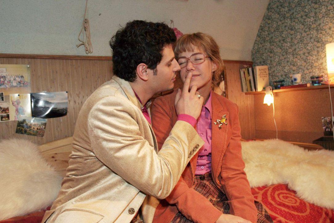 Als Rokko (Manuel Cortez, l.) merkt, wie nervös Lisa (Alexandra Neldel, r.) bei ihrem Zusammensein ist, verhält er sich wie ein Gentlement. (Diese... - Bildquelle: Noreen Flynn Sat.1