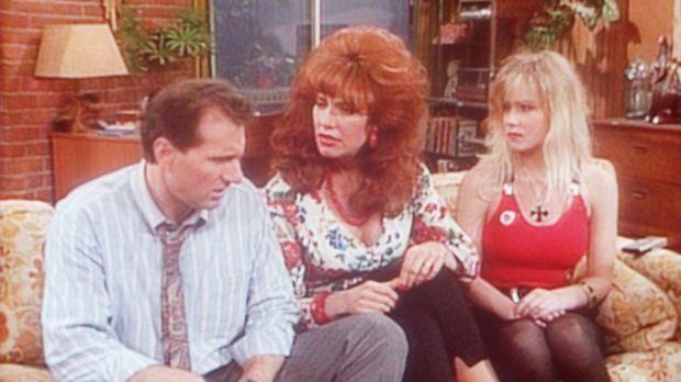 Peggy (Katey Sagal, M.) verlangt ein Machtwort von Al (Ed O'Neill, l.), denn...