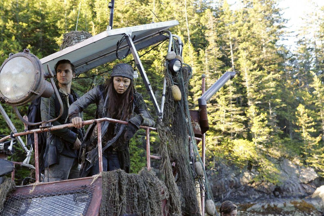 Murphy (Richard Harmon, l.) und Emori (Luisa D'Oliveira, r.) schließen sich dem Trupp an, der sich auf den Weg zu A.L.I.E.S. ehemaliger Basis macht,... - Bildquelle: 2016 Warner Brothers