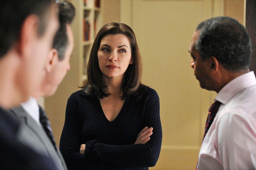 Alicia (Julianna Margulies, M.) kann nicht glauben, was ihr Mann mit seinen Kabinettsmitgliedern (Joe Morton, r.) ausheckt ... - Bildquelle: CBS Studios Inc. All Rights Reserved.