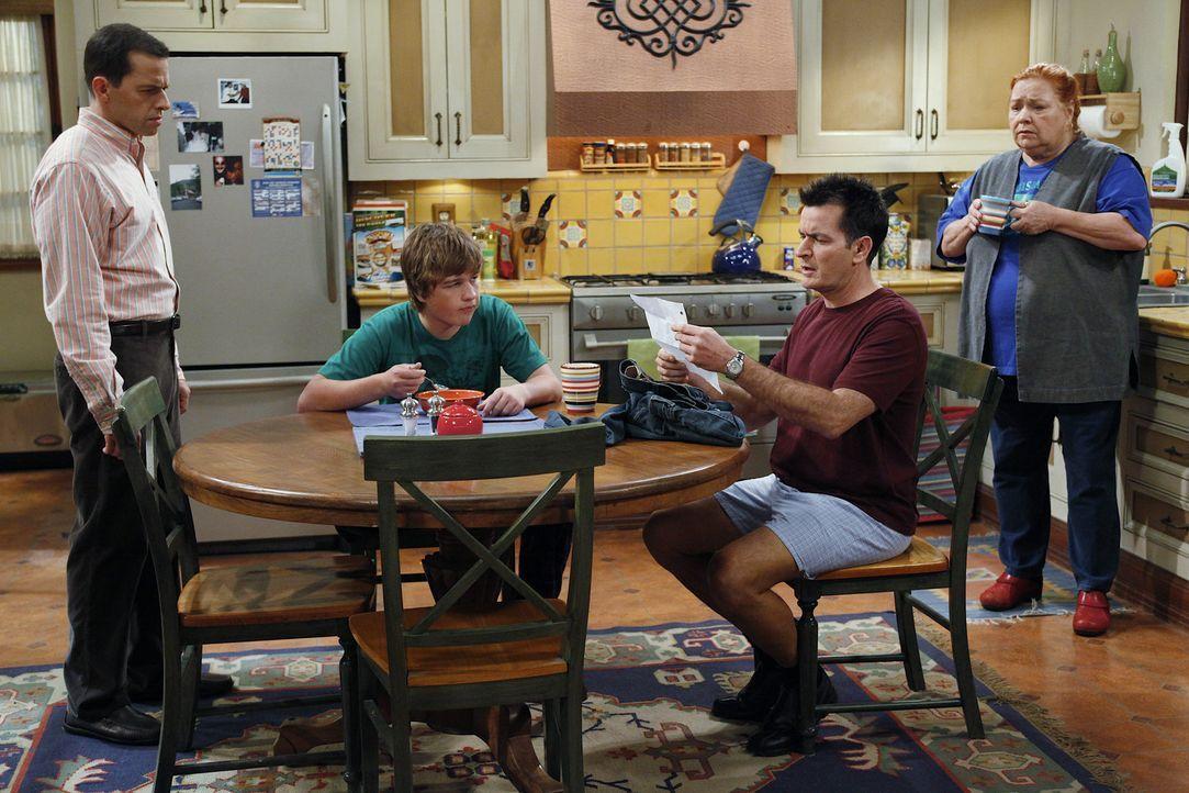 Während sich Alan (Jon Cryer, l.) große Sorgen darüber macht, dass zwei Mädchen bei Jake (Angus T. Jones, 2.v.l.) übernachtet haben, hat Berta... - Bildquelle: Warner Bros. Television